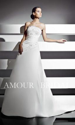 Свадебное платье с кружевным декором и прямой линией выреза.