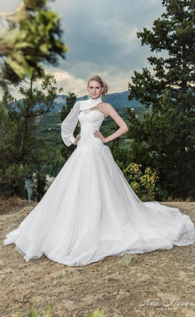 Свадебное платье с необычным болеро с длинным рукавом из плотной ткани.