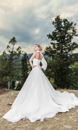 Свадебное платье силуэта «принцесса» с необычным болеро с длинным рукавом из плотной ткани.