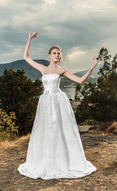 Открытое свадебное платье с лифом прямого кроя и пышной юбкой с ажурной отделкой.