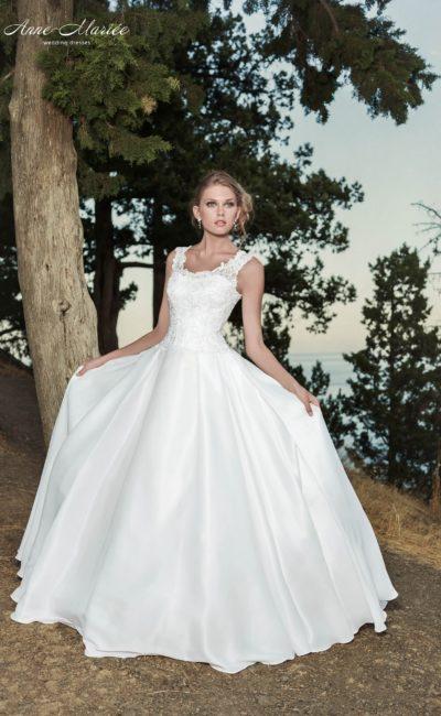 Свадебное платье с пышной атласной юбкой и облегающим ажурным корсетом с бретельками.