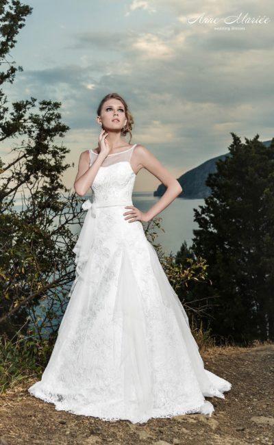 Свадебное платье силуэта «принцесса» с вырезом-лодочкой с узкими полупрозрачными бретелями.