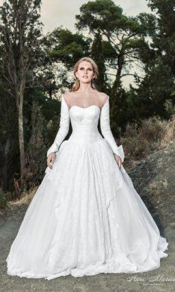 Свадебное платье с пышной юбкой сложного кроя и широкими фигурными бретелями.