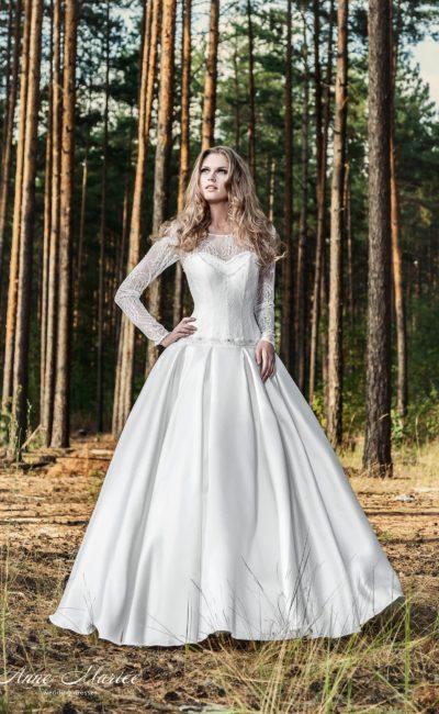 Пышное свадебное платье с кружевным лифом с длинными рукавами.