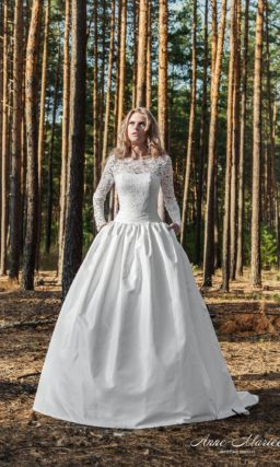 Свадебное платье с пышной юбкой из фактурной ткани и кружевным закрытым верхом.