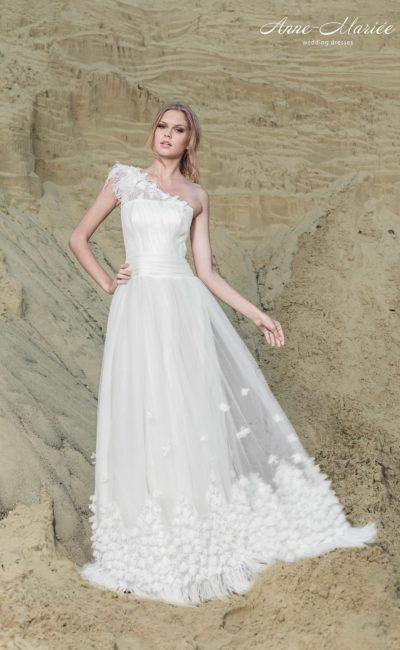 Прямое свадебное платье с полупрозрачным верхом юбки и асимметричным лифом.