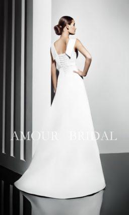 Закрытое свадебное платье прямого силуэта с завышенной линией талии.