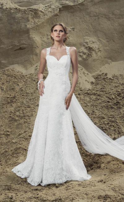 Прямое свадебное платье с открытым лифом в форме сердца и широкими бретельками.