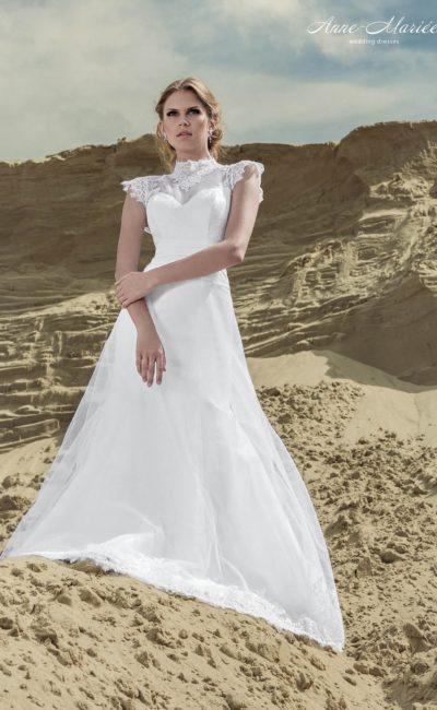 Свадебное платье с силуэтом «принцесса», кружевным воротником-стойкой и ажурными рукавами.