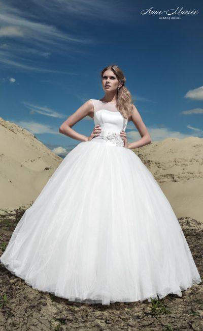 Лаконичное свадебное платье пышного силуэта с небольшим вырезом на спинке.