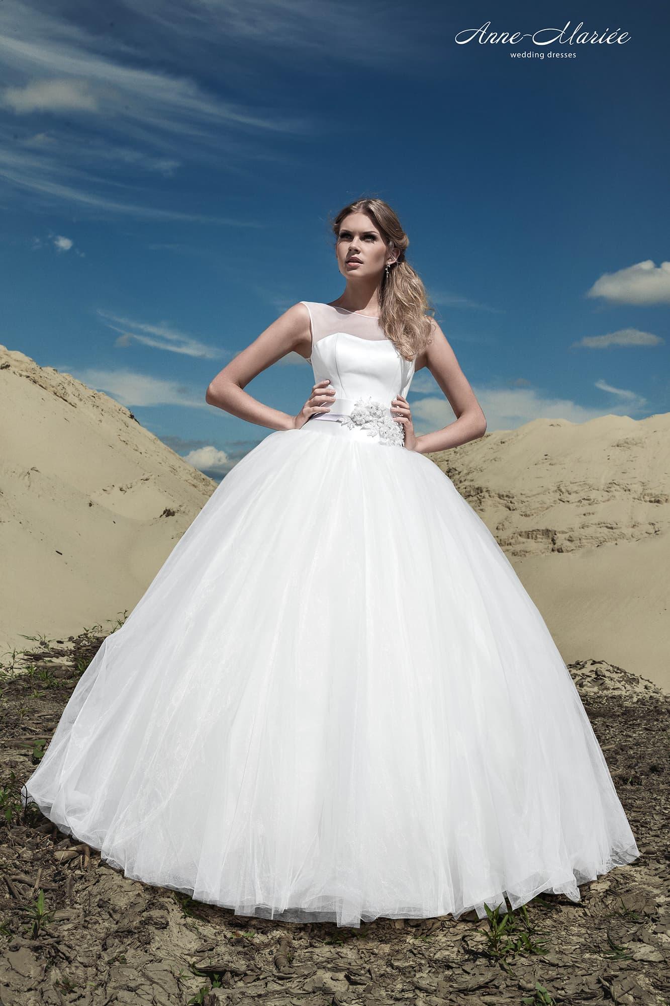 7320caf2da7 Лаконичное свадебное платье пышного силуэта с небольшим вырезом на спинке.