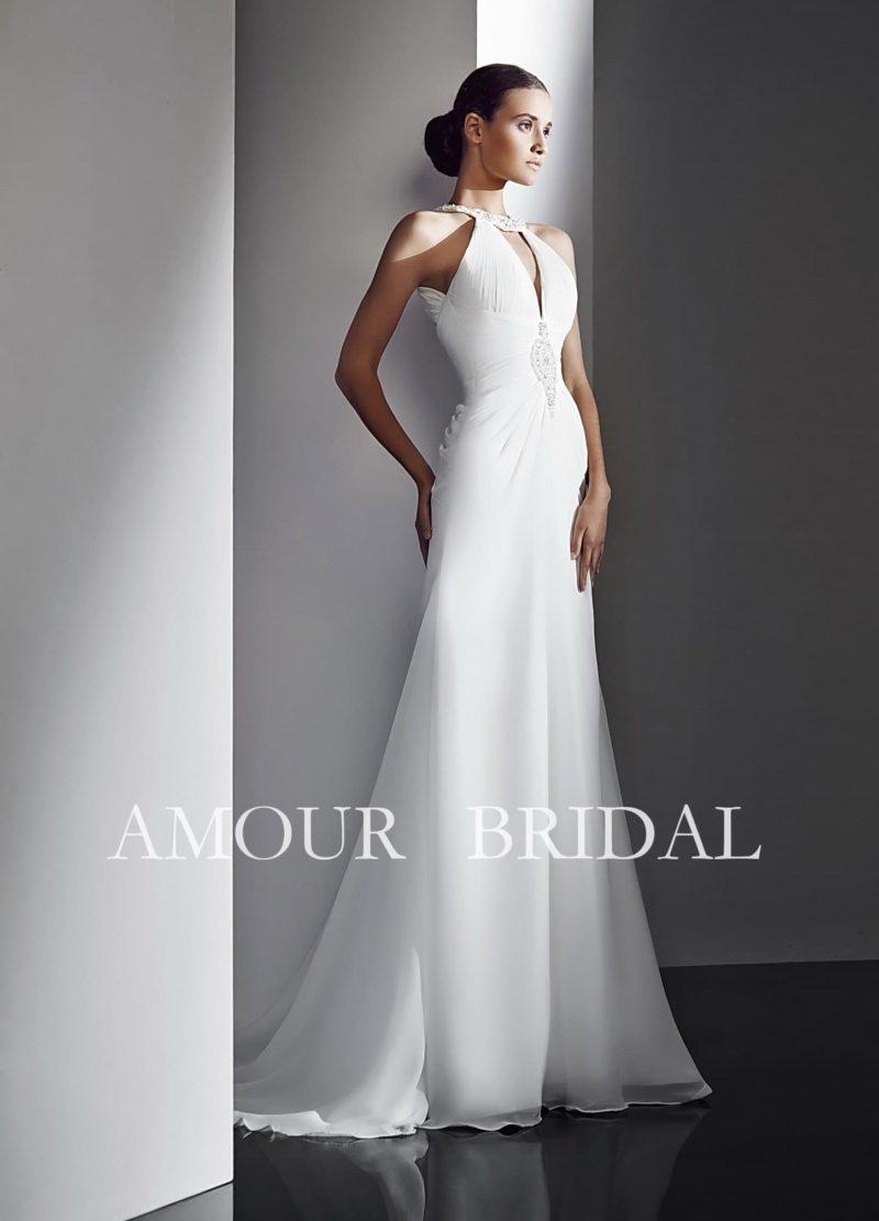 Прямое свадебное платье с оригинальным оформлением верха и длинным шлейфом.
