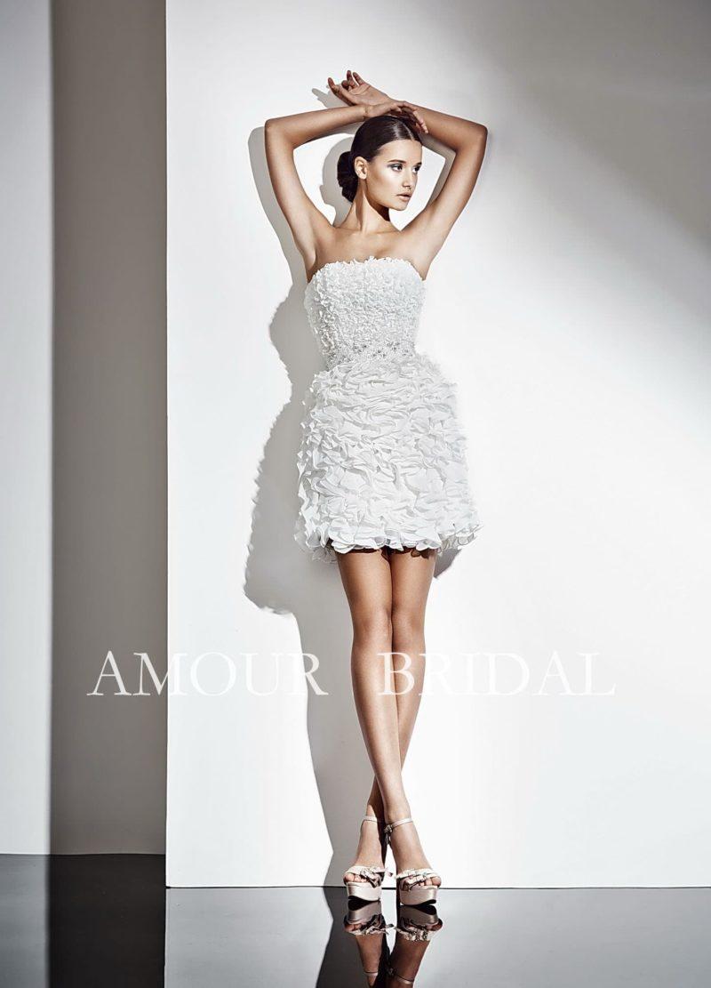 Короткое свадебное платье с эксцентричной фактурной отделкой по всей длине.