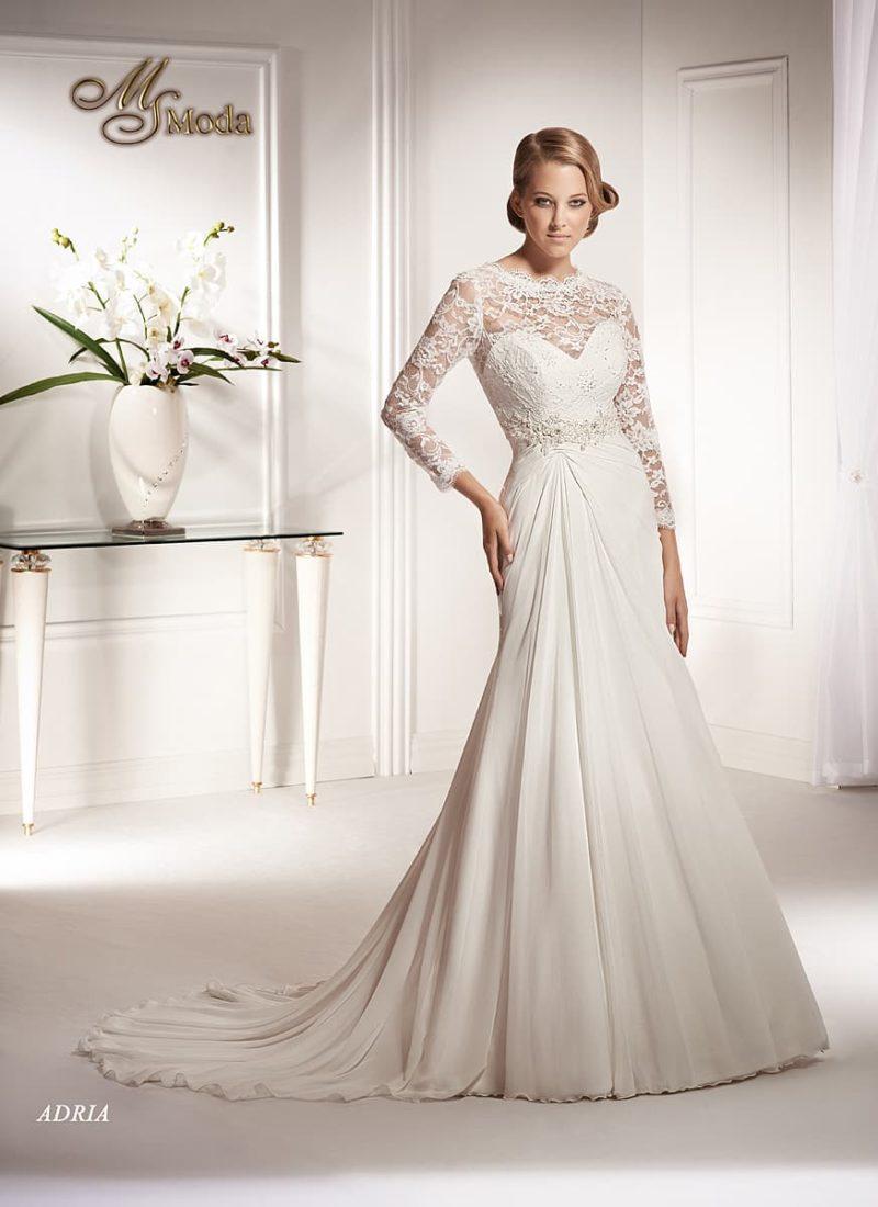 Закрытое свадебное платье с прямым силуэтом и длинными кружевными рукавами.