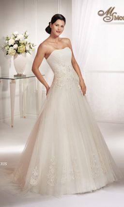 Открытое свадебное платье А-силуэта с ажурными аппликациями на талии и юбке.