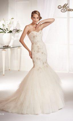 Открытое свадебное платье с пышной юбкой силуэта «рыбка» и вышивкой на корсете.
