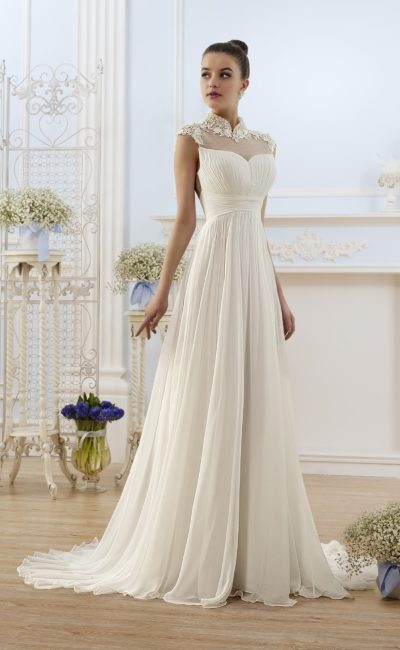 Прямое свадебное платье с закрытым лифом и декором из драпировок.