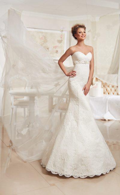 Кружевное свадебное платье силуэта «рыбка» с длинным шлейфом из полупрозрачной ткани.