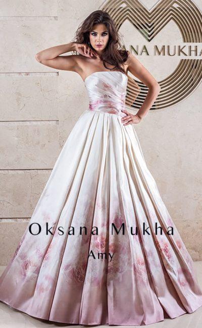 Свадебное платье из плотной ткани с цветным цветочным рисунком.