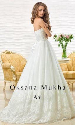 Изящное свадебное платье с открытым прямым корсетом и пышной юбкой с кружевным декором.