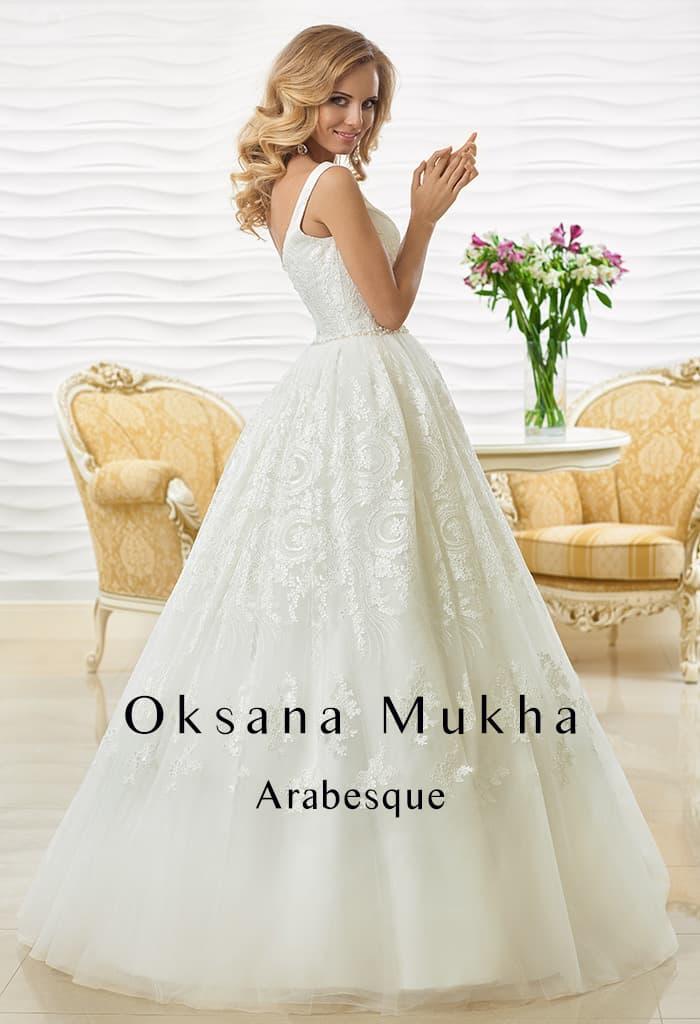 Пышное свадебное платье из фактурной кружевной ткани с широкими бретелями.
