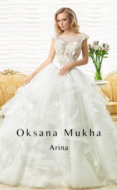 Торжественное свадебное платье с пышной юбкой с оборками и объемным декором корсета.
