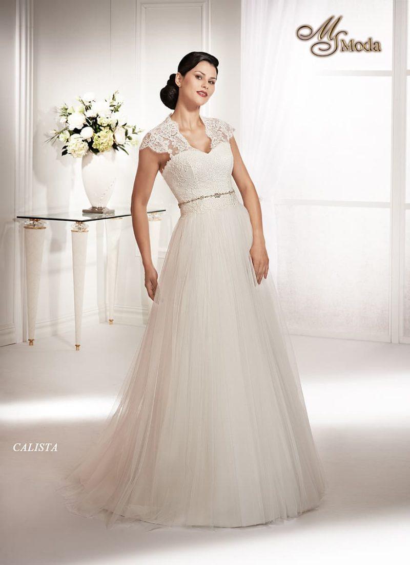 Прямое свадебное платье с V-образным вырезом и кружевной спинкой.