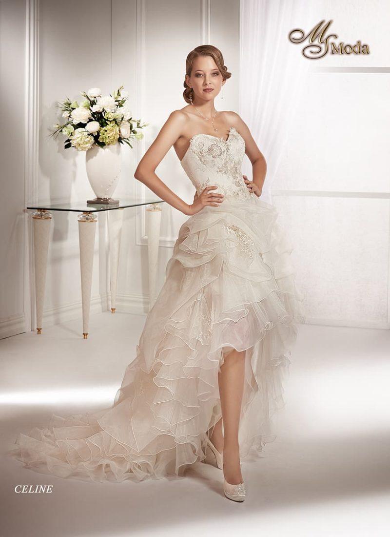 Короткое свадебное платье с длинным пышным шлейфом и открытым корсетом.