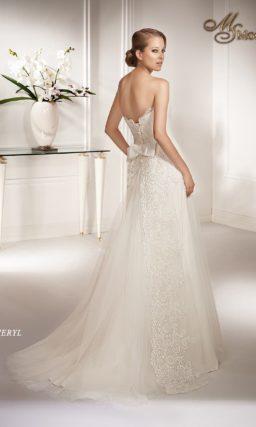 Прямое свадебное платье с открытым кружевным корсетом с лифом в форме сердца.