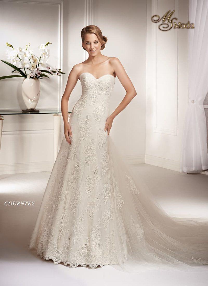 Кружевное свадебное платье силуэта «принцесса» с лифом в форме сердца и длинным шлейфом.