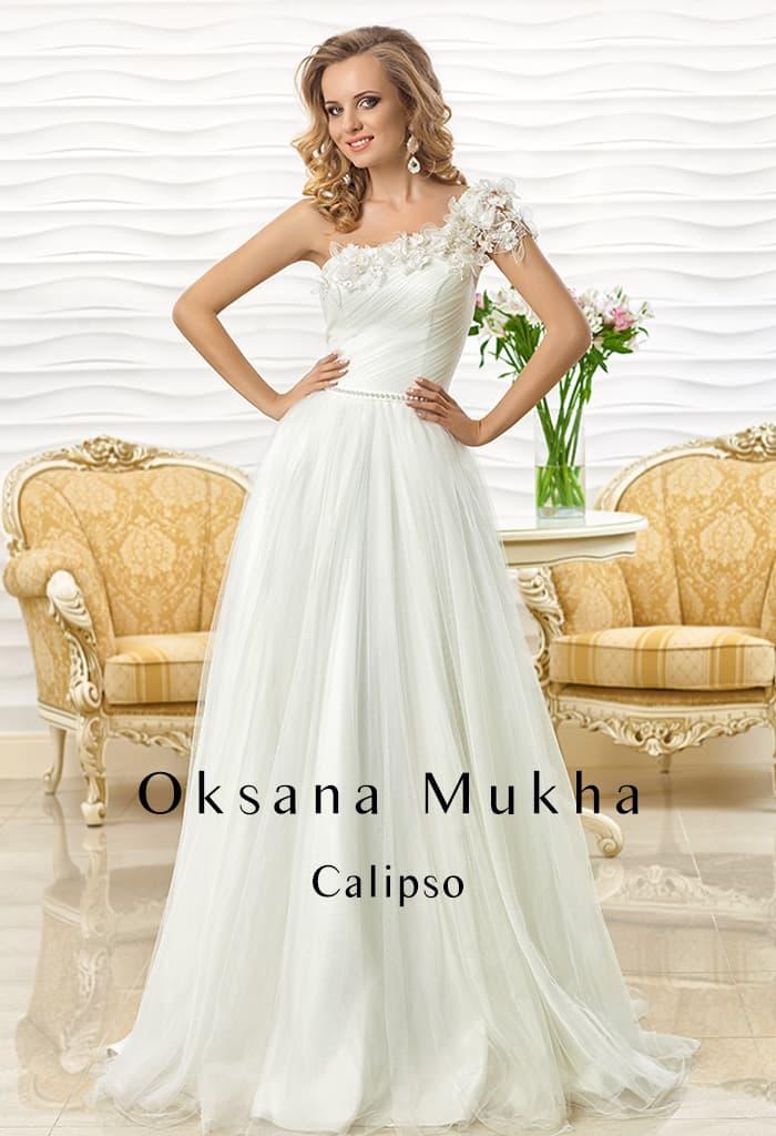 Свадебное платье с силуэтом «принцесса» и асимметричным лифом.