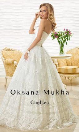 Открытое свадебное платье А-силуэта с атласным корсетом, украшенным горизонтальными драпировками.