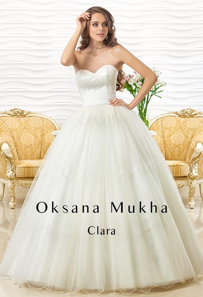 Пышное свадебное платье с открытым атласным корсетом, украшенным вышивкой.