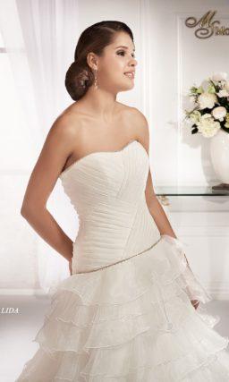 Изысканное свадебное платье с многоярусной юбкой А-силуэта с длинным шлейфом.