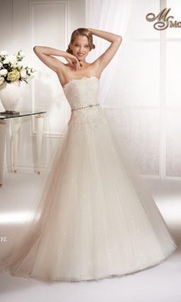 Свадебное платье силуэта «принцесса» с кружевным корсетом и сверкающей юбкой.