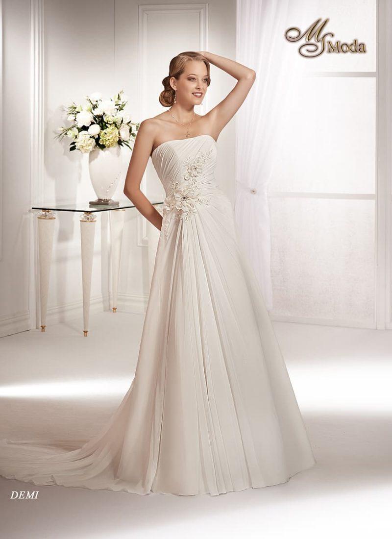 Кокетливое свадебное платье силуэта «принцесса» со шлейфом и объемными бутонами на талии.