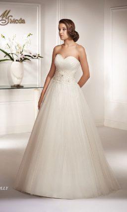 Открытое свадебное платье с силуэтом «принцесса» и широкой полосой кружева по талии.