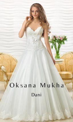 Кружевное свадебное платье с фигурным лифом и юбкой силуэта «принцесса».
