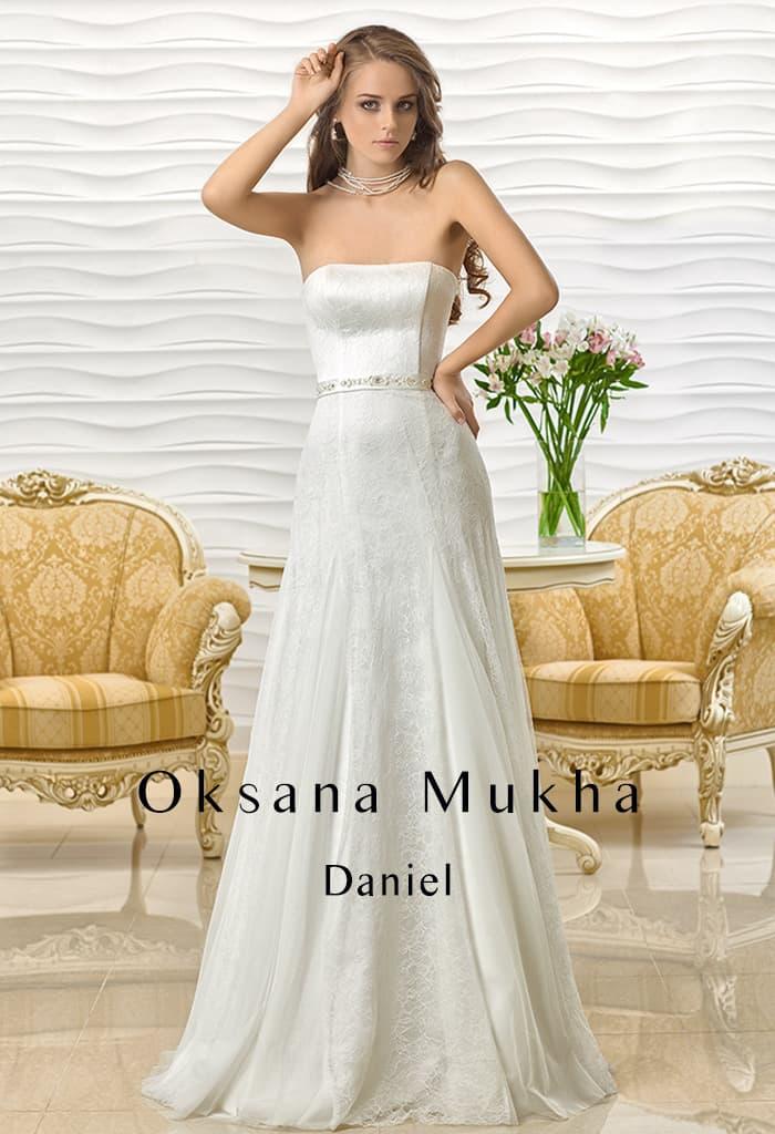 Прямое свадебное платье с открытым атласным корсетом с лифом прямого кроя.