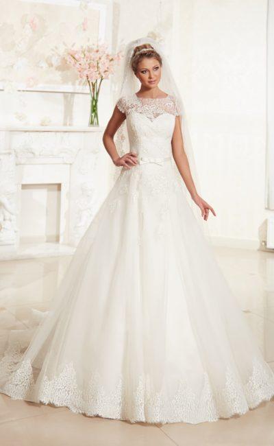 Свадебное платье с кружевными рукавами и ажурным декором низа подола.