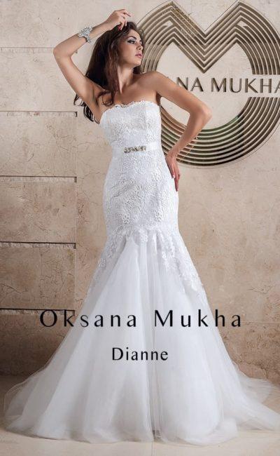Открытое свадебное платье силуэта «рыбка» со шлейфом и узким атласным поясом на талии.