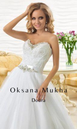 Свадебное платье А-силуэта с роскошным корсетом, украшенным кружевом и бисерной вышивкой.