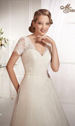 Свадебное платье силуэта «принцесса» с V-образным лифом и короткими рукавами.