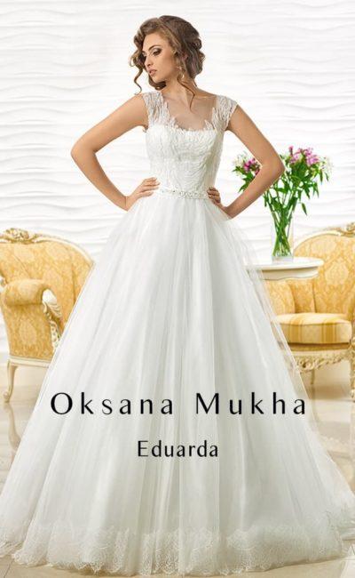 Свадебное платье с силуэтом «принцесса» и отделкой кружевом на тонкой основе по лифу.