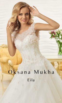 Свадебное платье А-силуэта с закрытым верхом, украшенным объемными аппликациями.