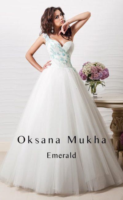 Открытое свадебное платье с глубоким вырезом в форме сердца и цветной отделкой по корсету.