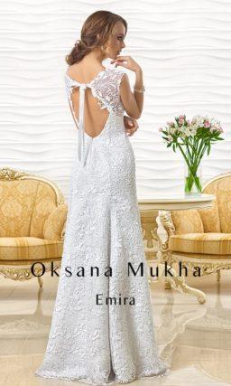 Прямое свадебное платье из фактурной кружевной ткани с открытой спинкой.