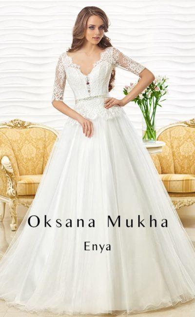 Свадебное платье «принцесса» с кружевным верхом с облегающими рукавами.