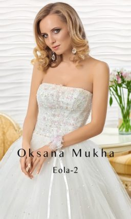 Свадебное платье с пышным силуэтом и корсетом с лифом прямого кроя, украшенным бисером.