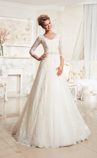 Свадебное платье с длинными кружевными рукавами и атласным поясом кремового цвета.